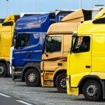 Viele Stehende LKWs auf einem Autobahn Parkplatz